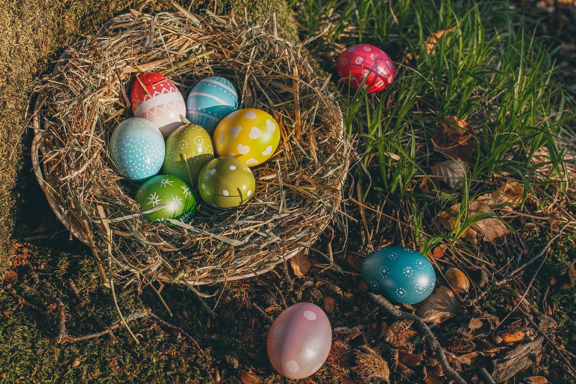 Ošatka z proutí jako velikonoční dekorace
